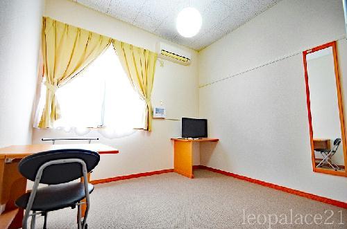 レオパレスナチュラルサン 206号室のリビング