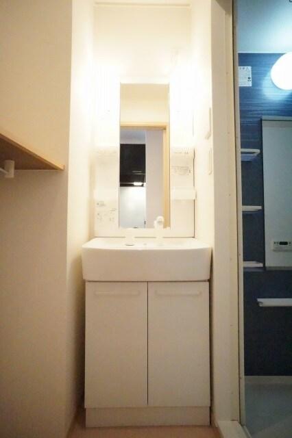 コリーヌ・パラッツオ 01020号室の洗面所