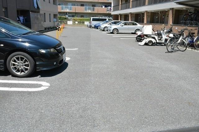 リュミエール 01050号室の駐車場