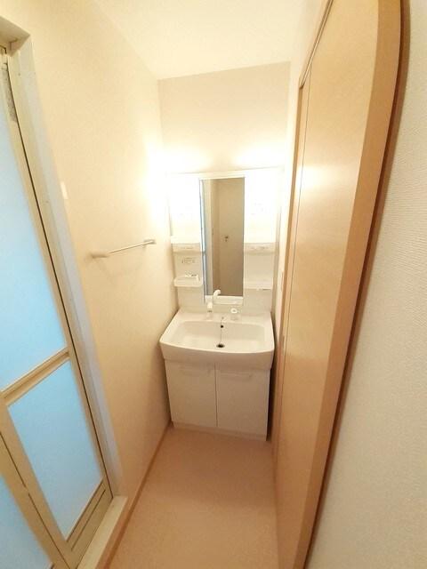 グラース・ジェルメ B棟 01020号室の洗面所