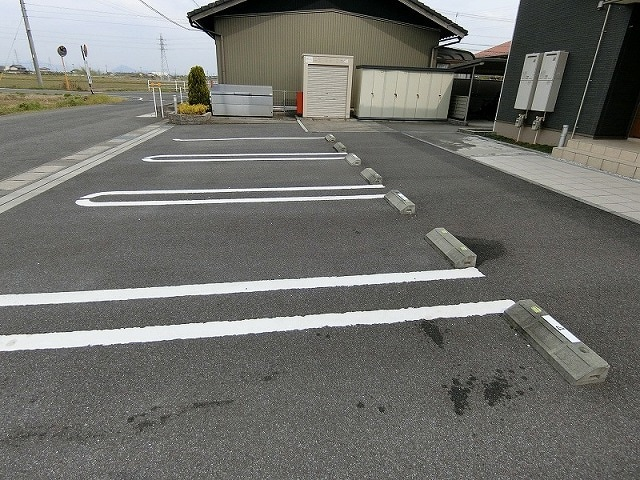 ペルマネンテB 02010号室の駐車場