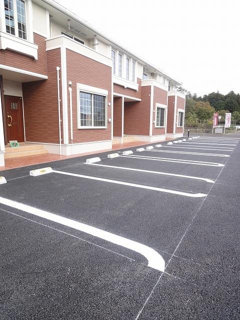 サザンクロス 01050号室の駐車場