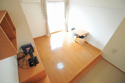 レオパレスコンフォールドミール 105号室のリビング