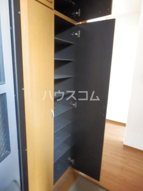クレストヴィラ A棟 303号室の玄関