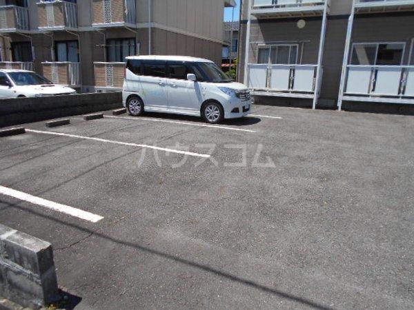 サープラスワン岩田 101号室の駐車場