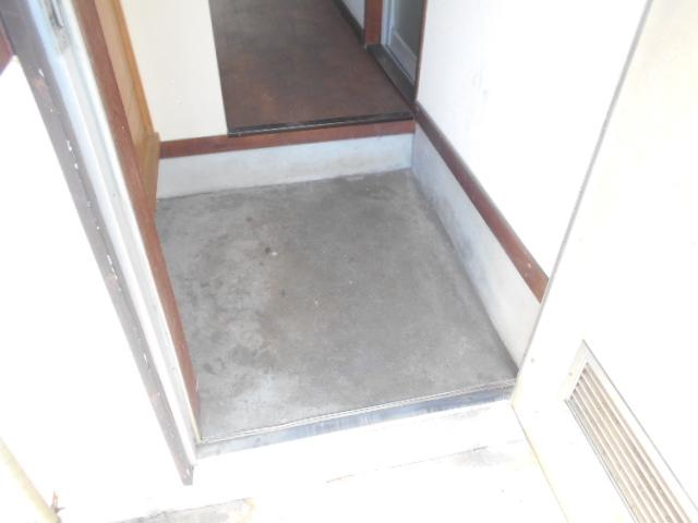 走井ハイツ 202号室の玄関