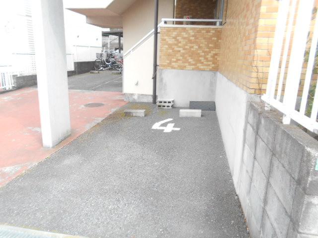 シャトルブラウンB 303号室の駐車場