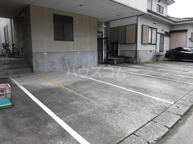 メゾンゆうしん 203号室の駐車場