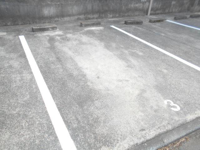 フラワーマンション 302号室の駐車場