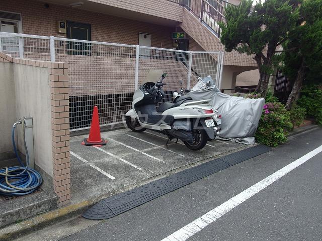 グローリア初穂聖蹟桜ヶ丘 101号室の駐車場