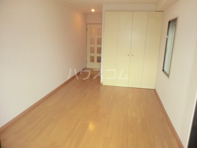 平岡マンション 106号室のリビング