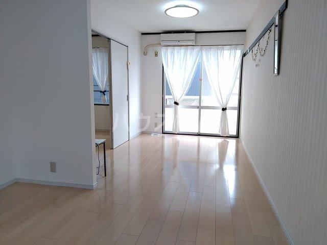 ツインズ新川 B棟 205号室のリビング