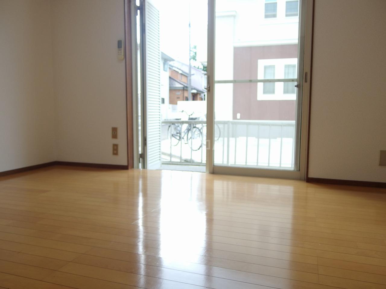 ヴィラ桜ヶ丘 102号室のリビング