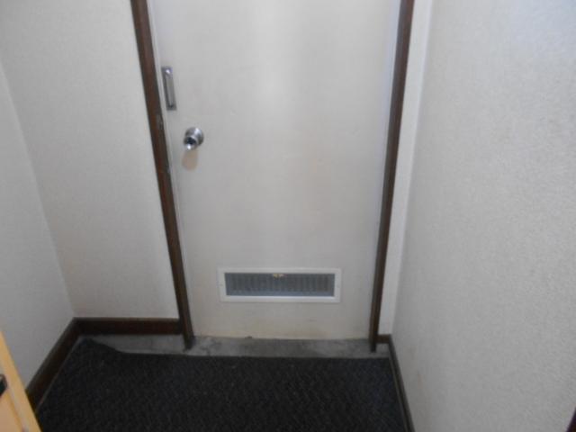 ホワイトウイングI・M 107号室の玄関