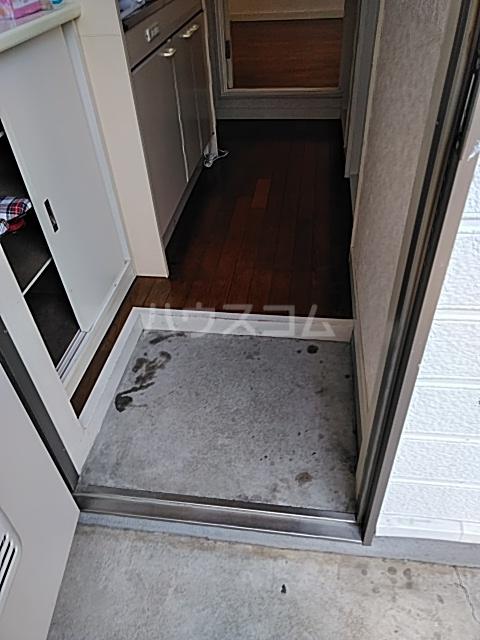 シャトル 102号室の玄関