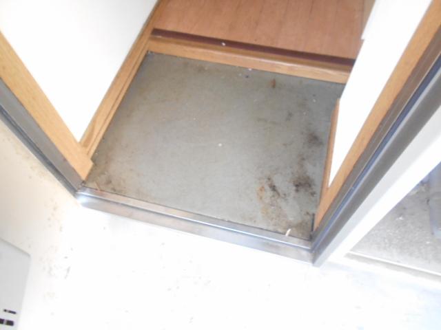 ハイツ秀峰 106号室の玄関