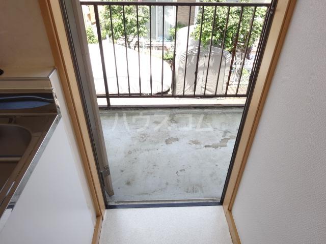 百草ハイツ 202号室の玄関