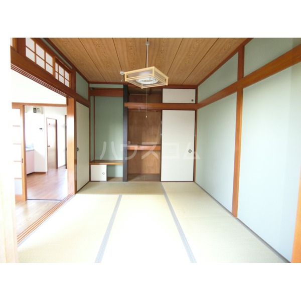 第2サンハイツ成田 102号室のリビング
