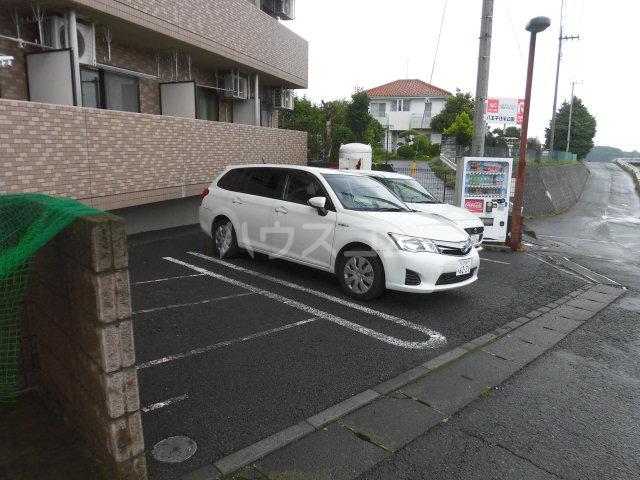 グランジュールMK 102号室の駐車場