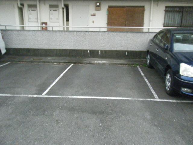 ファーストマンション 305号室の駐車場