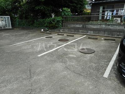 クレインコートハウス 02010号室の駐車場
