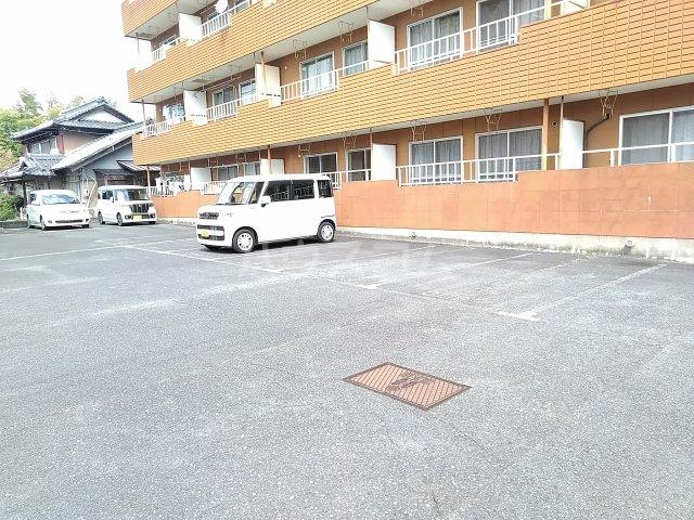 メゾン北郷A棟 204号室の駐車場