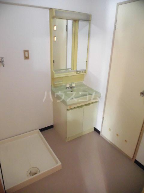 第73プレジデント吉敷 302号室の洗面所