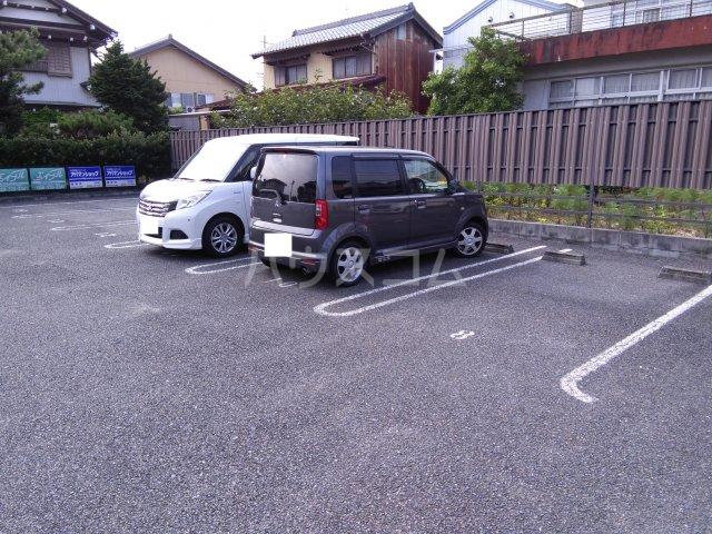 シャルマン・Vivreの駐車場