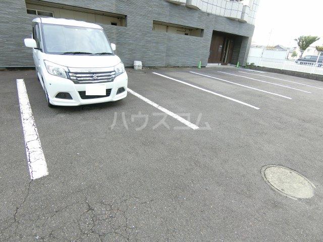 ブリリアントヒルズ西中島 201号室の駐車場