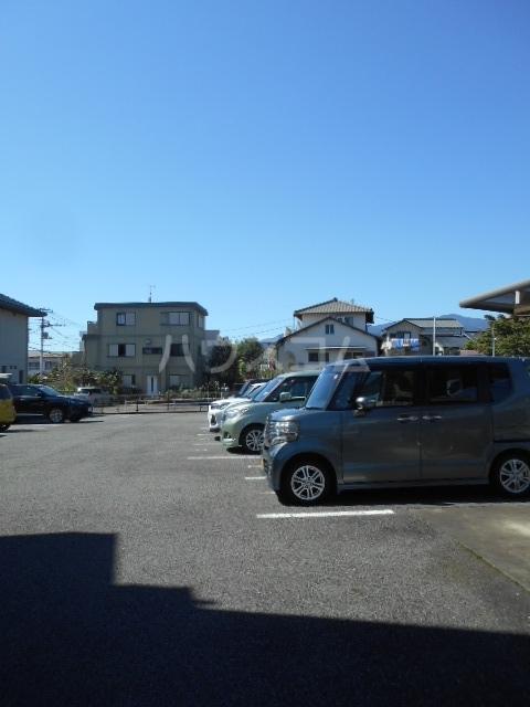 スマイルズ 106号室の駐車場
