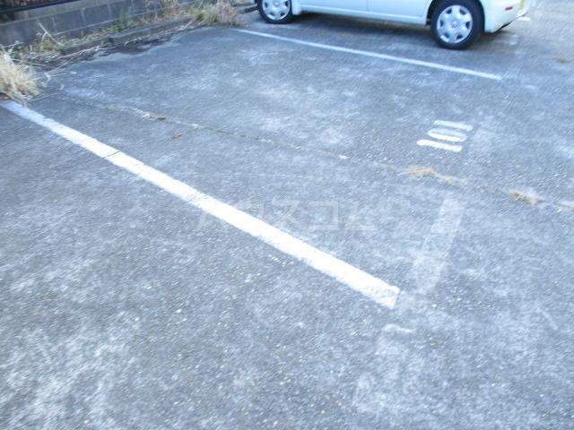 ロワールハイツ 102号室の駐車場