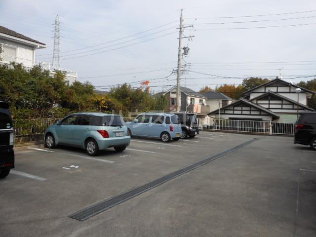ヒルトップ・ヴィラ 103号室の駐車場