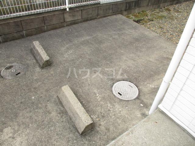 オプスマロニエ 202号室の駐車場