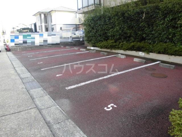 シャトーレ滝ノ水 2D号室の駐車場