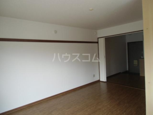 第2マンション久米 206号室のリビング