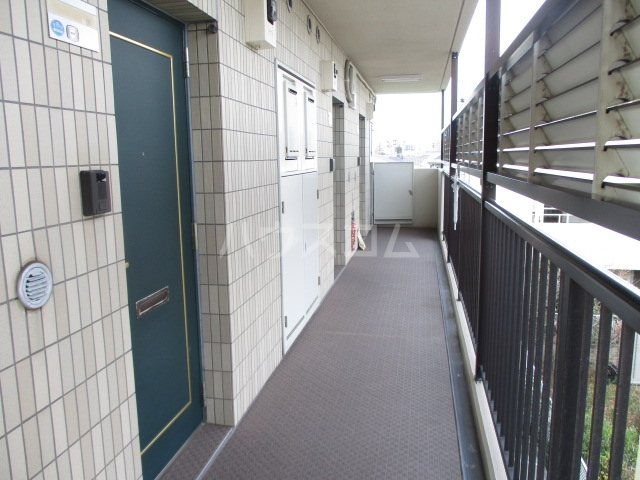 サワークレスト 303号室のエントランス