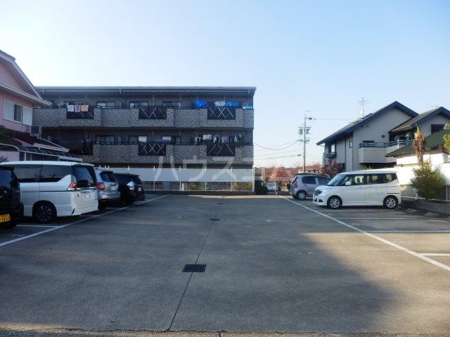 フローラ相川 206号室の駐車場
