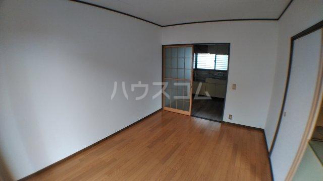 ファミーユ津田沼A棟 102号室のリビング