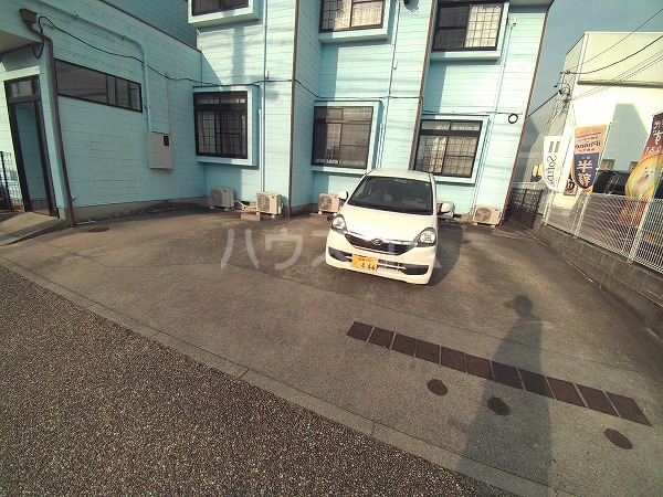エクセレンス石神 203号室の駐車場