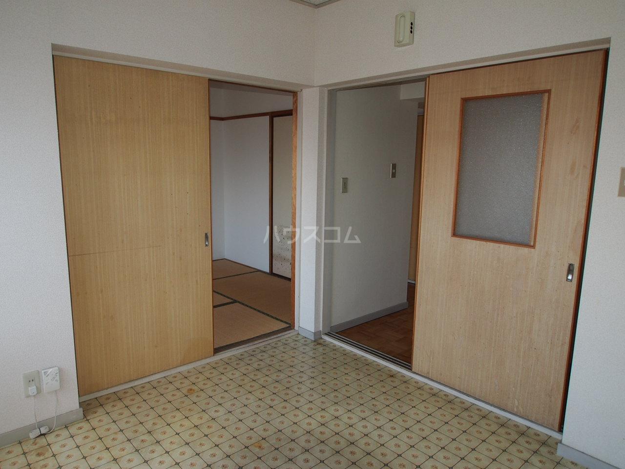マンションニューシーズ 303号室のリビング