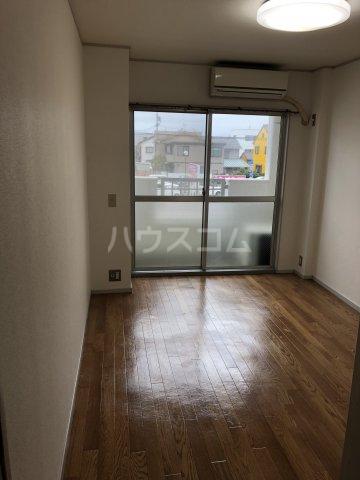 ホワイトビラハヤシ 201号室の居室