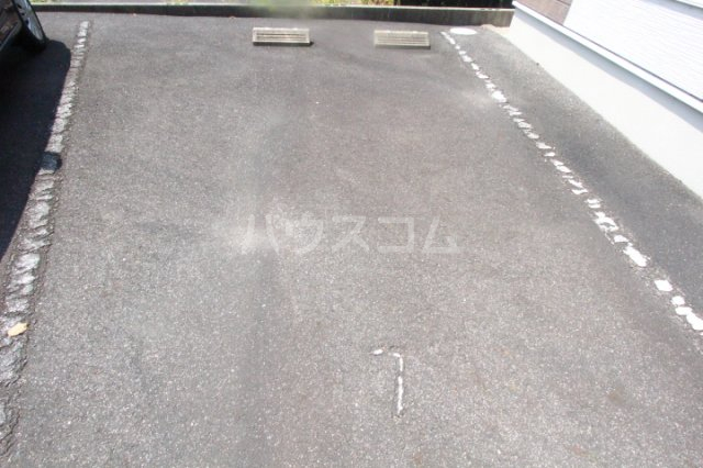 パセオ丸山 202号室の駐車場