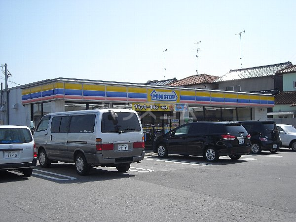 エステート伊奈 106号室の駐車場
