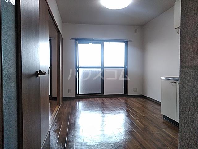 アルカディアタウン 104号室のリビング
