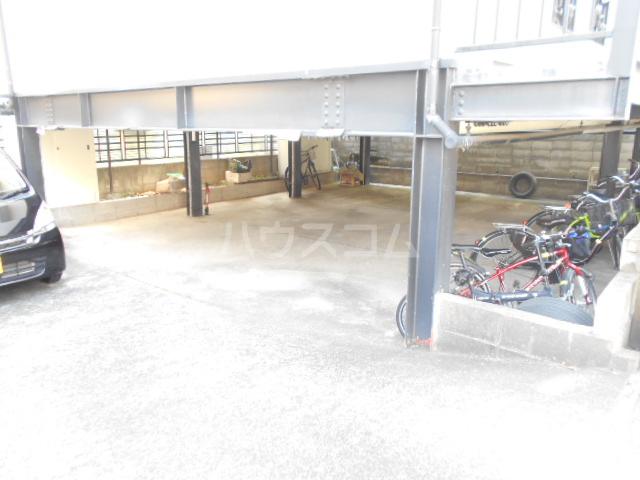 ホワイトハイム1号棟 202号室の駐車場