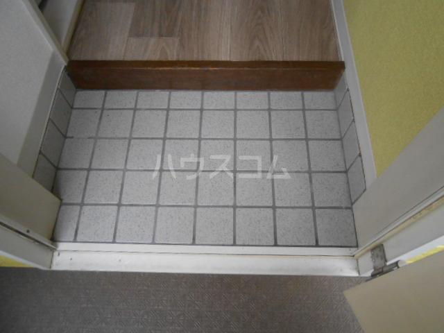 ハイツ・メイフィー 202号室の玄関