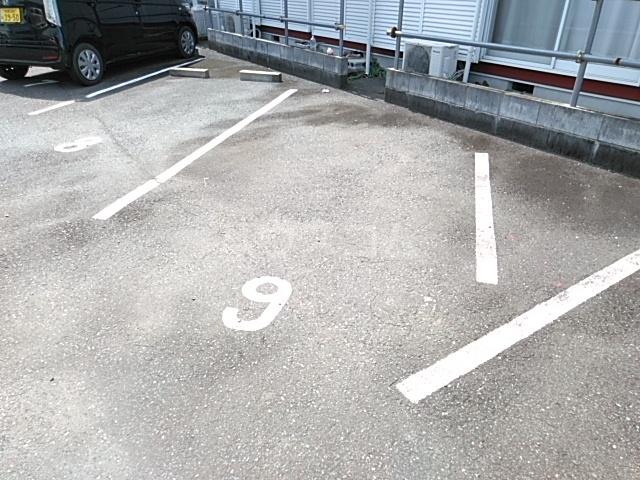 リカーズ高根 110号室の駐車場