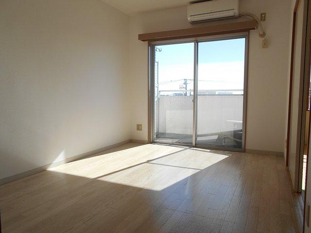 千代田マンション中村 303号室のリビング
