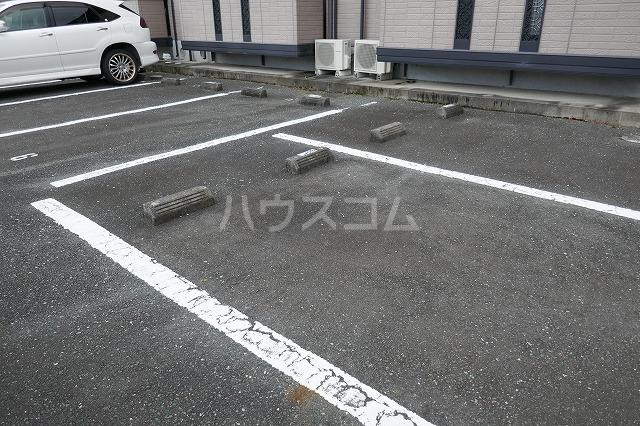 ウエスト・コート 102号室の駐車場