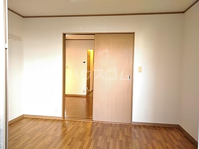 カトルヤマジュ 102号室のリビング